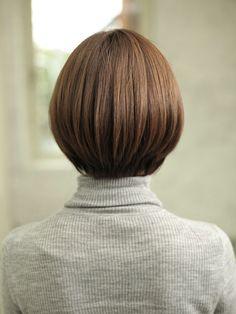 軽さのある前下がりボブ☆ 定番の内巻きワンカールに外ハネもくわえて軽やかさをだしたスタイルです。 同性、異性どちらからも好感度アップ間違いなしなボブです。 【カット】 アゴラインで前下がりボブベースにカットします。 質感調整で余分な重みをとり軽やかな動きを出しやすくします。 前髪は流しやすいように似合わせながら軽くしていきます。 【パーマ】 基本的にはノンパーマです。 【カラー】 10トーンのミントカラーでツヤと透明感のあるカラーリングに仕上げます。 オリジナルのアミノカラーがおススメです。 より質の高いツヤと手触りを実感出来ます。 ぜひご相談下さい(^^♪