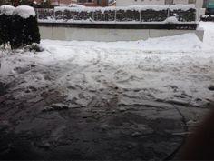 車も入って来れないので少し雪かき