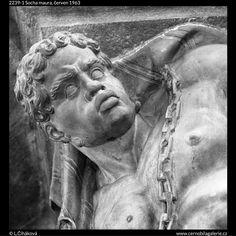 Socha maura (2239-1) • Praha, červen1963 • | černobílá fotografie, Nerudova ulice, socha, detail, Morzinský palác, plastický výzdoba |•|black and white photograph, Prague|