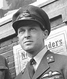 """Erik Hazelhoff Roelfzema heeft meegespeeld in de film """"Soldaat van oranje"""". Hij was een soldaat van Nederland en streed tegen Duitsland."""