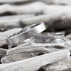Anillos de boda con efecto hielo en oro blanco. Encuentra en Argyor vuestras alianzas originales para el día de vuestra boda. Wedding Pins, Wedding Stuff, Shadow Box, Jewelery, Rings For Men, Silver Rings, Engagement Rings, Bridal, Accessories