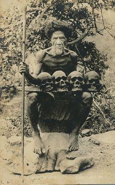 Philippines Head Hunter : creepy Vintage Pictures, Old Pictures, Old Photos, Alien Pictures, Filipino Culture, Filipino Art, Filipino Tribal, Head Hunter, Black History