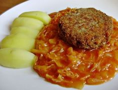 Moja mamina varila toto jedlo fantasticky. Od útleho detstva som paradajkové zelé mala veľmi rada a mám ho rada doteraz. U nás na Záhorí je to zelé, inde na Slovensku kapusta. Vraj som ho prvýkrát jedla, keď som mala štyri mesiace a malý plechový hrnček som vyjedla do dna. Ak ho nepoznáte, vyskúšajte. Ak ho poznáte, tiež uvarte :-) Slovak Recipes, Vegetarian Recipes, Cooking Recipes, Mince Meat, Cabbage Recipes, Delicious Dinner Recipes, Chana Masala, No Cook Meals, Macaroni And Cheese