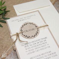 DIY Idee für rustikale Hochzeiten, Scheunenhochzeiten... Dabei haben wir Eco-Papier, Spitze und ein Kranzmotiv kombiniert. Der Kranz wurde von uns handgemalt und ist Grundlage einer kompletten Stanzlogo-Serie. Somit kannst du deine weitere DIY-Papeterie im gleichen Design anpassen. || Hochzeitskarten basteln - DIY - Eco-Papier - Spitze - Jute - Kordel - Kränze - rustic wedding - Vintage ||