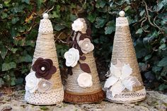 coni ricoperti in corda Cone Christmas Trees, Christmas Wreaths To Make, Christmas Minis, Diy Christmas Ornaments, Christmas Projects, Winter Wedding Decorations, Handmade Christmas Decorations, Crochet Crafts, Paper Flowers