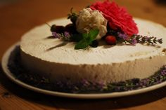 Natural wedding cake with flowers from the garden