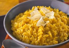Discover our easy and quick recipe for Milanese Risotto on Cuisine Actuelle! Risotto Recipes, Pasta Recipes, Cake Recipes, Rice Dishes, Tasty Dishes, Risotto Receita, Vegetable Dishes, Vegetable Recipes, Risotto