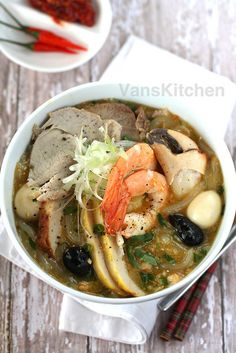 feed your eyes Vietnamese Street Food, Vietnamese Soup, Vietnamese Cuisine, Vietnamese Recipes, Asian Recipes, Ethnic Recipes, Asian Foods, Seafood Recipes, Soup Recipes
