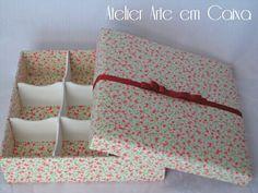 Caixa floral, toda revestida em tecido, com 9 divisórias.