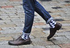 Sapato marrom com meia xadrez.