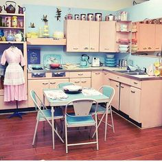 Amy saves a 1957 Harrison pink steel kitchen - now on display in her vintage shop - Retro Renovation New Kitchen, Vintage Kitchen, Kitchen Decor, Kitchen Ideas, Cosy Kitchen, 1950s Kitchen, Kitchen Display, 1950s Style, Retro Style