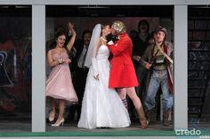 Újabb Shakespeare művet szán színpadára a Weöres Sándor Színház, méghozzá Alföldi Róbert rendezésében. Most mégis elfelejthetjük a reneszánsz ruhákat, a lantot, a lovakat, helyette motoron gurulunk be a modern Padovába. A rendezőt nem véletlenül előzi meg hírneve, darabja most is merész, formabontó, és igazán a ma emberéhez szóló. Aki kíváncsi Makrancos Kata történetére, aki egy megzabolázhatatlan nő a férfiuralta világban, az mindenképpen foglaljon helyet az előadásra.
