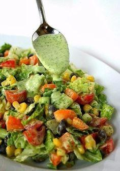 Овощной фитнес-салат с соусом из авокадо
