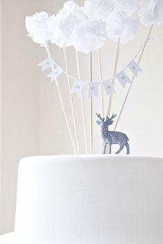 Pour joliment décorer un gâteau d'anniversaire, ces ravissants mini pompons apporteront une adorable touche. Des guirlandes de fanions, des pompons, Potter + Butler confectionne aussi des marque-place.