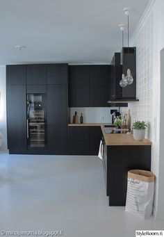 keittiö,musta keittiö,avokeittiö,keittiön sisustus,viinikaappi Dyi Kitchen Ideas, Home Decor Kitchen, Kitchen Interior, New Kitchen, Home Interior Design, Kitchen Dining, Black Kitchens, Home Kitchens, Kitchen Views