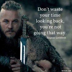 """""""No pierdas tu tiempo mirando hacia atrás, no estás yendo en esa dirección."""" #Frases #Vikings"""