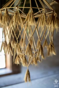 Rumsiskes Museum in Lithuania. Hanging straw decorations made using fabrics / threads / ropes in shade construction Diy Abat Jour, Straw Decorations, Diy Luminaire, Paper Chandelier, Diy And Crafts, Arts And Crafts, Deco Nature, Home And Deco, Basket Weaving