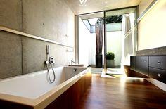 Die im Boden eingelassene Badewanne lädt praktisch täglichen zum Wellness-Bad ein