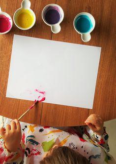 Si vous aussi vous voulez éveiller votre enfant à l'art pictural de bonne heure, mais que votre cher petit ange est en pleine phase orale et que tout ce qui croise son regard finit dans sa bouche, ne baissez pas les bras nous avons la solution...