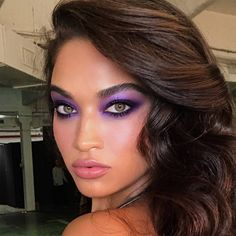 makeup is back! Here's how to wear blue eyeshadow and fuchsia lipstick the modern way. Makeup, blue eyeshadow, fuchsia lipstick and all, is back! Here's how makeup artists are embracing the neon trend again in a modern way. Beauty Make-up, Beauty Hacks, Beauty Tips, Hair Beauty, Beauty Style, Lila Make-up, Prettiest Celebrities, Festival Make Up, Glam Look