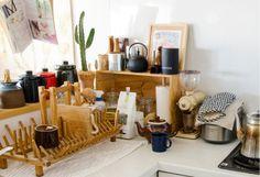 キッチンツールはよく使うモノを一番手前において、ほかはステンレス製、木製と分けて収納。調味料は大きめの透明のビンに詰め替えると並べるとおしゃれに見えて、残量も一目瞭然で便利です。