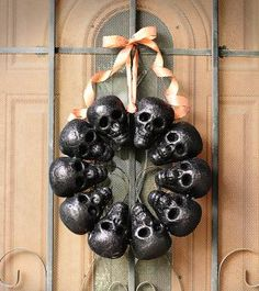 20 Spooky Skull DIYs Perfect For Halloween: DIY Creepy Skull Wreath