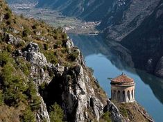 La Rocca d'Anfo, fortezza sul pendio del Monte Censo, vi regalerà un panorama sul Lago d'Idro e la Valsabbia che vi farà restare a bocca aperta.