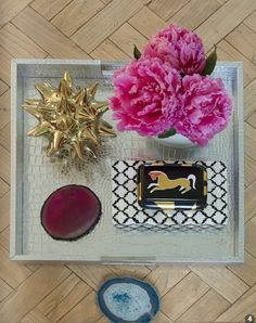 Ideas and inspiration for styling your coffee table Coffee Table Vignettes, Coffee Table Styling, Decorating Coffee Tables, Decor Pad, Tray Styling, Classic Living Room, Boho Chic, Boho Style, Accent Decor