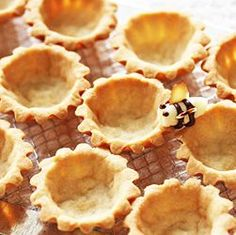 mini tart shell how-to. It's perfect-Fill with lemon curd or chocolate pudding and top with whipped topping. Tart Recipes, Sweets Recipes, Baking Recipes, Mini Desserts, Delicious Desserts, Cheesecakes, Kos, Tart Crust Recipe, Mini Tart Shells