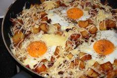 Gebakken aardappels met spek en eieren. Met een lekkere groene salade erbij is dit een waar feestmaal en bovendien erg makkelijk om te maken!