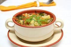 Убрать излишки жира из супа или жаркого очень просто - киньте в кастрюлю кубик льда. Когда лед соберет вокруг себя жир, просто удалите его ложкой