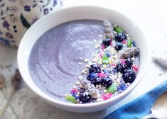 Smoothies can still exist without bananas! This blueberry smoothie incorporates lavender and cauliflower, which is unusual but delicious and low-sugar. Raspberry Smoothie, Fruit Smoothies, Smoothie Bowl, Clean Smoothie, Healthy Smoothies, Smoothie Ingredients, Smoothie Recipes, Eating Bananas