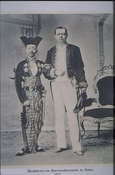Resident Willem de Vogel (Dutch colonial officer) and Susuhunan (hereditary ruler) Pakubuwono X of Surakarta, Dutch East Indies. Old Pictures, Old Photos, Surakarta, Indonesian Art, Dutch East Indies, Dutch Colonial, Javanese, Historical Pictures, Vintage Photographs