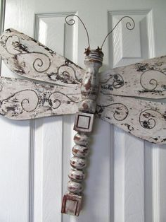 Scroll cut out wings(could use thrift store blades from ceiling fan) Table Leg Dragonfly Wall or Garden Art by LucyDesignsonline, Dragonfly Yard Art, Dragonfly Wings, Fan Blade Dragonfly, Spindle Crafts, Wood Crafts, Diy Crafts, Garden Crafts, Garden Art, Garden Ideas