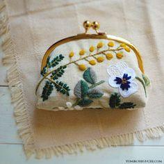 mimoza pouch by yumiko higuchi  アザミとパンジーをウール糸で刺繍。「がま口」に仕立てたもの