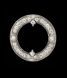 ART DECO DIAMOND AND PLATINUM CIRCLE BROOCH.