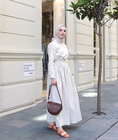 Modern Hijab Fashion, Hijab Fashion Inspiration, Abaya Fashion, Modest Fashion, Fashion Outfits, Casual Hijab Outfit, Hijab Chic, Casual Outfits, Modest Wear