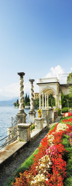 Lac de Cômo ~ Italy...sure hope to make it to Italy's lake country before I die...(throwing tat dream out into the Universe...see what happens...slj)