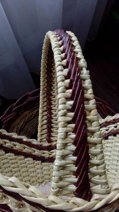 fül Одноклассники Bamboo Weaving, Willow Weaving, Paper Jewelry, Paper Beads, Basket Weaving Patterns, Newspaper Basket, Paper Weaving, Vintage Baskets, Cardboard Art