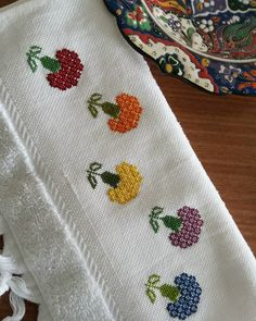 Small Cross Stitch, Cross Stitch Borders, Cross Stitch Rose, Cross Stitch Flowers, Cross Stitch Patterns, Hand Embroidery Designs, Embroidery Stitches, Bead Loom Patterns, Knitting Patterns