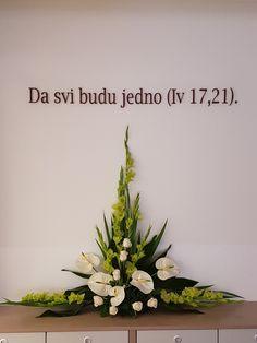 Altar Flowers, Church Flower Arrangements, Rose Arrangements, Beautiful Flower Arrangements, Flower Centerpieces, Beautiful Flowers, Deco Floral, Arte Floral, Hand Bouquet