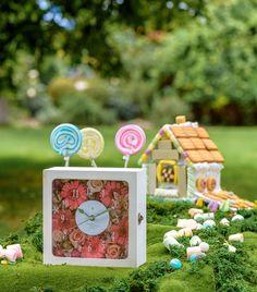 """【花時計ダブルウインドウ】 ~シャビーなコレクションボックス風時計付きフラワーボックス~ 大人気花時計シリーズの中でも、シャビーな仕上がりが魅力の『花時計ダブルウインドウ』。飾る場所を選ばないインテリアになじむデザインです。時計を見るたびに花の魅力が感じられるアレンジに仕上がります! 算用数字の文字盤なので""""見やすい!""""というご意見もよくいただきます! flower clock/preserved flower/flower arrangement/Gerbera/amifa"""