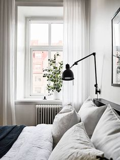 Bedroom in a stunning Swedish space in white - Stadshem.