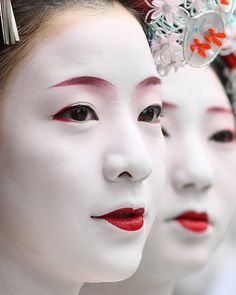 people / faces / girls / red lips / make up / festival : maiko (geisha apprentices), kyoto japan Two maiko (apprentice geisha), Satono and Satomi, watching the parade of floats at the Gion Festival. Make Up Brush Sets We Are The World, People Of The World, Japanese Culture, Japanese Art, Japanese Kimono, Traditional Japanese, Japanese Beauty, Asian Beauty, Japanese Makeup