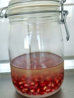 Granaatappellikeur Happy Drink, Alcoholic Drinks, Cocktails, Herb Recipes, Make Happy, Fruit Smoothies, Diy And Crafts, Good Food, Herbs