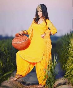 Dress Indian Style, Indian Dresses, Indian Outfits, Indian Clothes, Indian Wear, Patiala Suit Designs, Kurti Designs Party Wear, Designer Punjabi Suits, Indian Designer Outfits