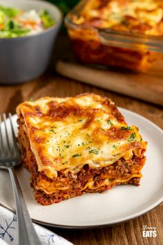 The BEST Low Syn Beef Lasagne - amazingly rich beef sauce in between layers of pasta and sweet potato, all finished off with a delicious healthier bechamel white sauce and melted cheese. Gluten free, Slimming World and Weight Watchers friendly Slimming World Lasagne, Slimming World Beef, Slimming World Dinners, Slimming World Recipes Syn Free, Slimming Eats, Vegetarian Recipes Bbc, Cooking Recipes, Meat Recipes, Chicken