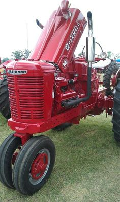 Farmall M, Tractor. Truck And Tractor Pull, Red Tractor, Tractor Pulling, Kawasaki Motorcycles, Triumph Motorcycles, Antique Tractors, Vintage Tractors, Auto Racing, Drag Racing