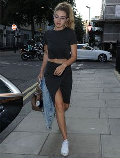 Awesome Gigi Hadid Sneakers Outfit on The Summer Street that You Must Look - Fashion Best Style Casual, Casual Outfits, Cute Outfits, Rock Outfits, Skirt Outfits, Fall Outfits, Look Fashion, Fashion Outfits, Fashion Trends