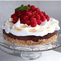 Trøffelkake med sjokoladefyll og italiensk marengssi - Franciskas Vakre Verden Tatyana's Everyday Food, Cake Recipes, Dessert Recipes, Scones Ingredients, Norwegian Food, Berry Cake, Sweets Cake, Cakes And More, Let Them Eat Cake